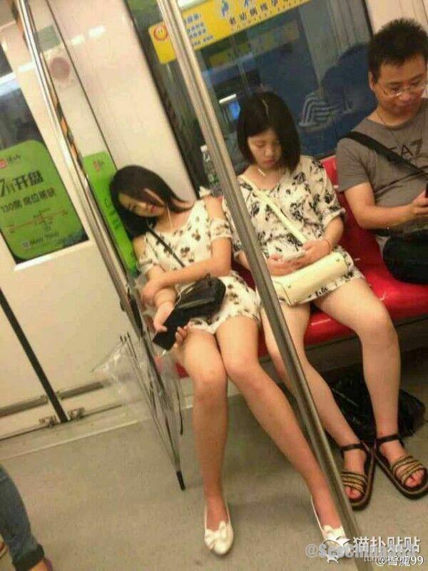 【写真】地下鉄でかわいい子を隠し撮りしたら気付かれたらしい。。。